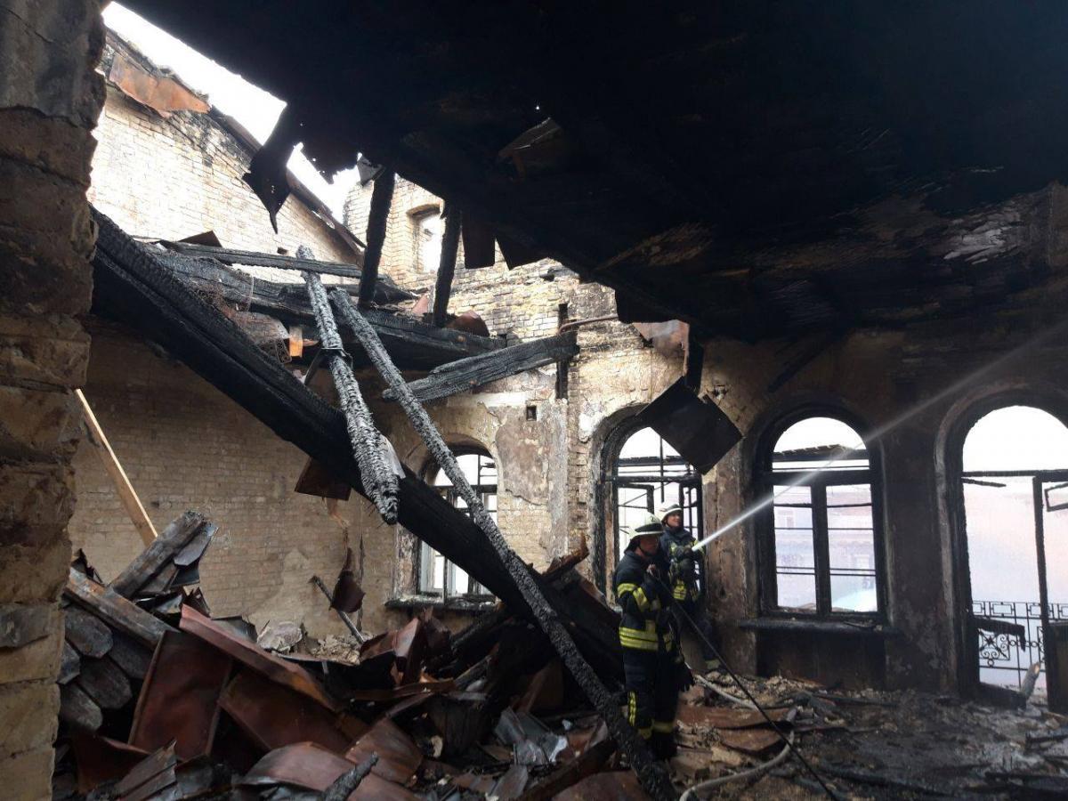 Рятувальники загасили пожежу у старовинній будівлі на вулиці Богдана Хмельницбкого у Києві / фото dsns.gov.ua