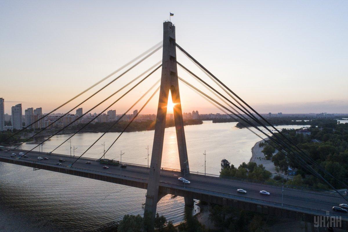 Последний закат лета хорошо встретить на берегу Днепра / Фото УНИАН