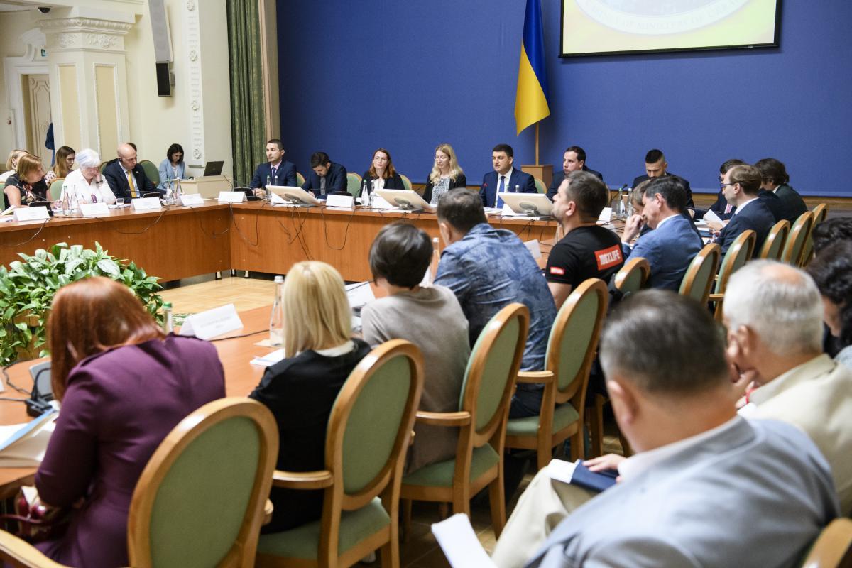 Все, что обеспечено полекарствам, еженедельно должно быть доставлено к человеку, отметил премьер / фото kmu.gov.ua