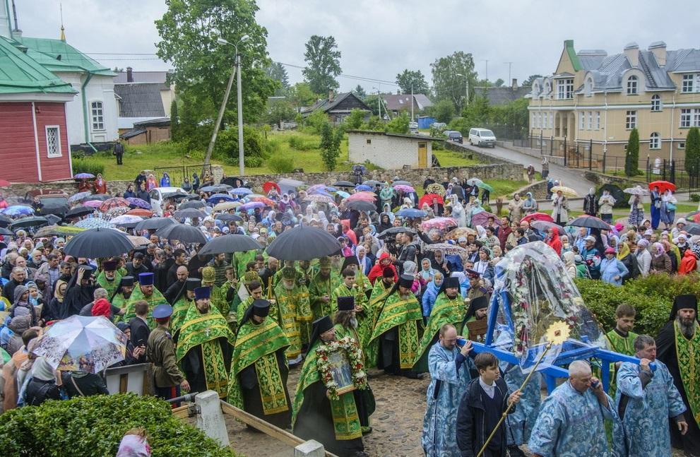 Крестный ход вокруг Псково-Печерской обители / monasterium.ru