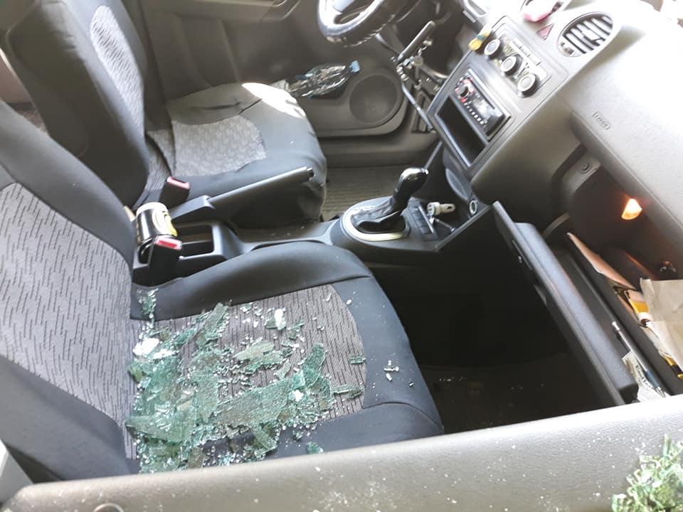У авто Чалапчия - разбитое стекло / фото facebook.com/Саша_Чалапчий