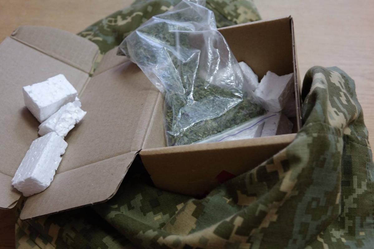 В коробке из-под мобильного телефона нашли наркотики / Фото facebook.com/UA.Military.Police