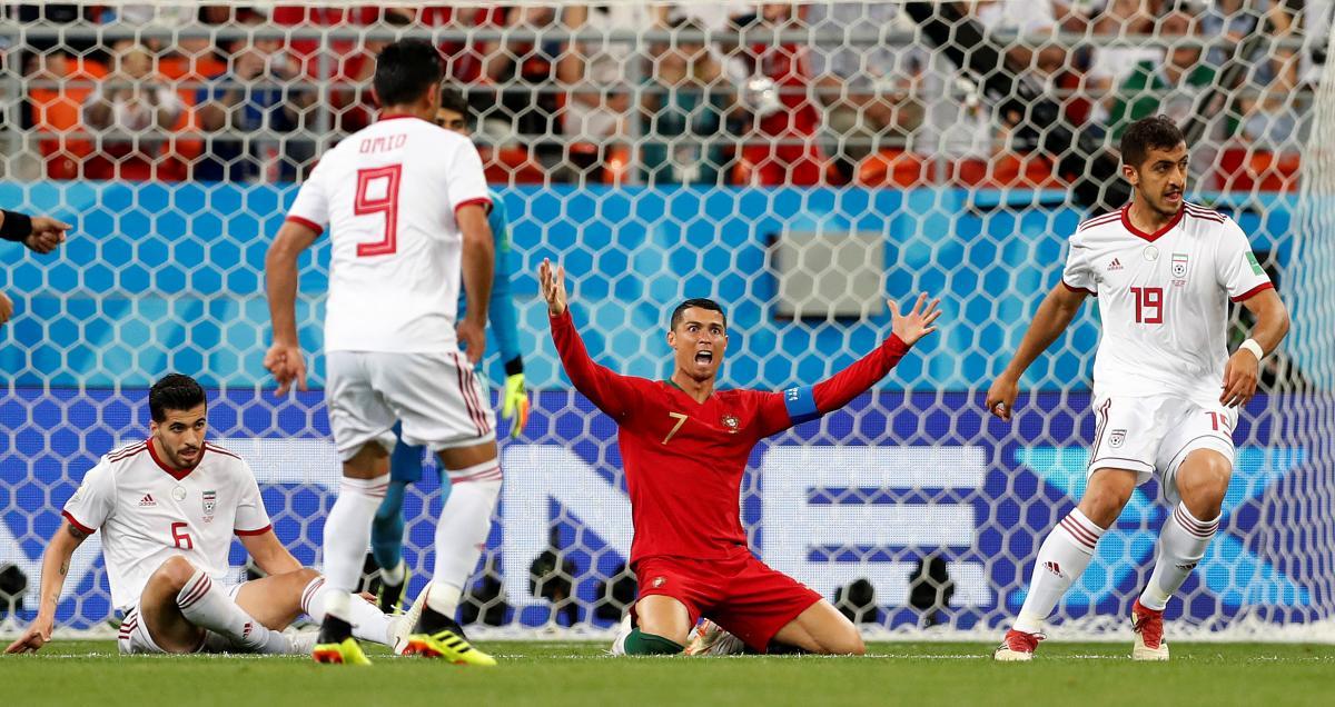 Криштиану Роналду - мастер вовремя упасть в штрафной площадке и заработать пенальти в чужие ворота / REUTERS
