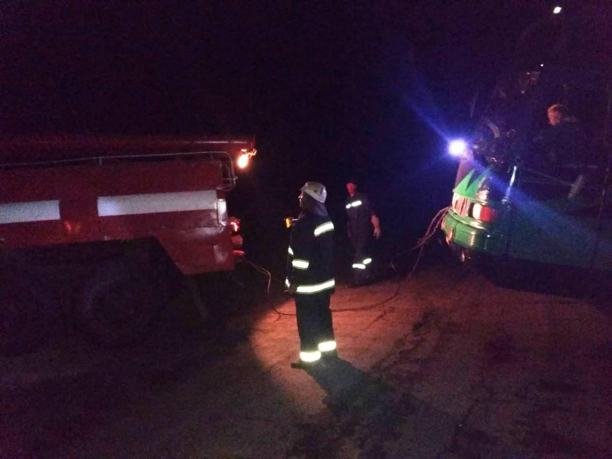 Рятувальники за допомогою пожежного автомобіля витягнули автобус з кювету на проїзну частину