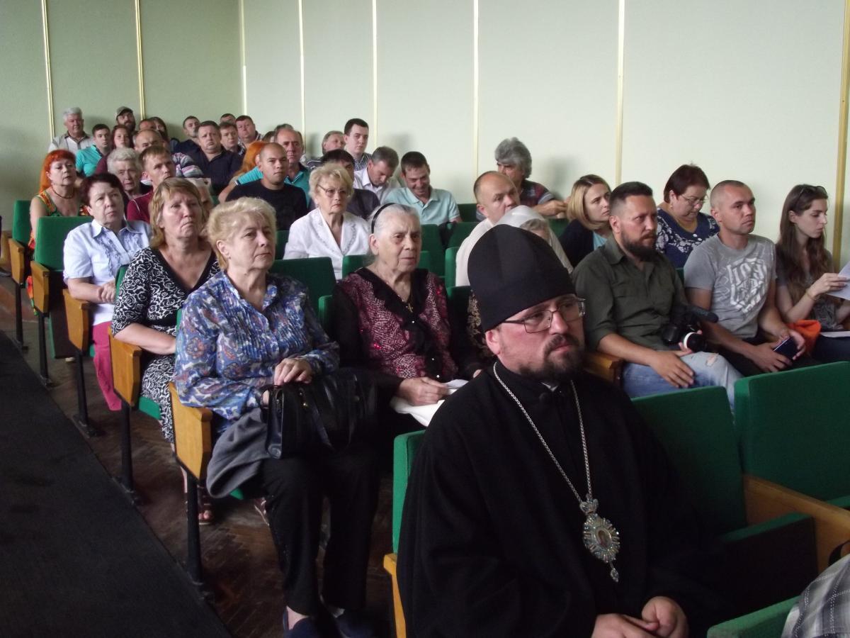 Прибічники слов'янської громади УАПЦ на пленарному засіданні сесії Слов'янської міськради
