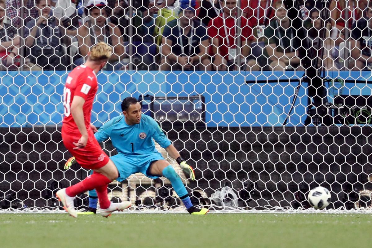 Дрмич забил один из двухголов сборной Швейцарии в ворота команды Коста-Рики / Reuters