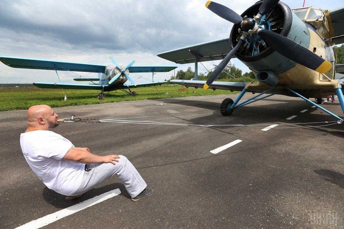 Скавыш с первой попытки передвинул «железнуюптицу» на 4 метра 94 сантиметра / Фото УНИАН
