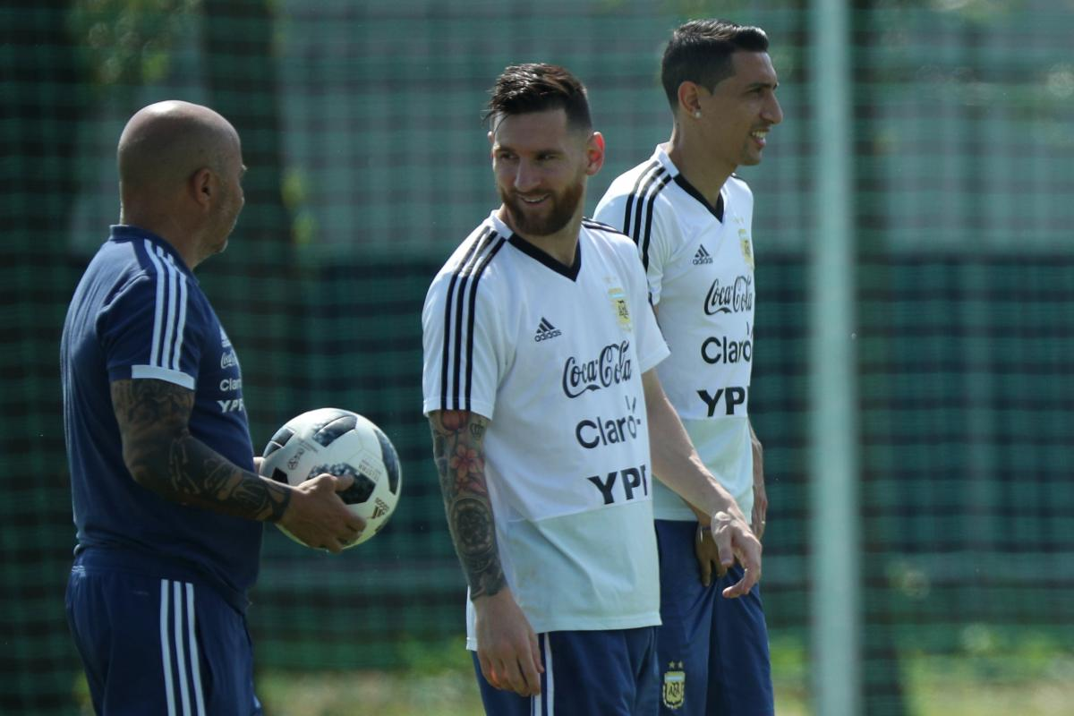 Лионель Месси и тренер сборной Аргентины Хорхе Сампаоли (слева) за сутки до матча с Францией / REUTERS