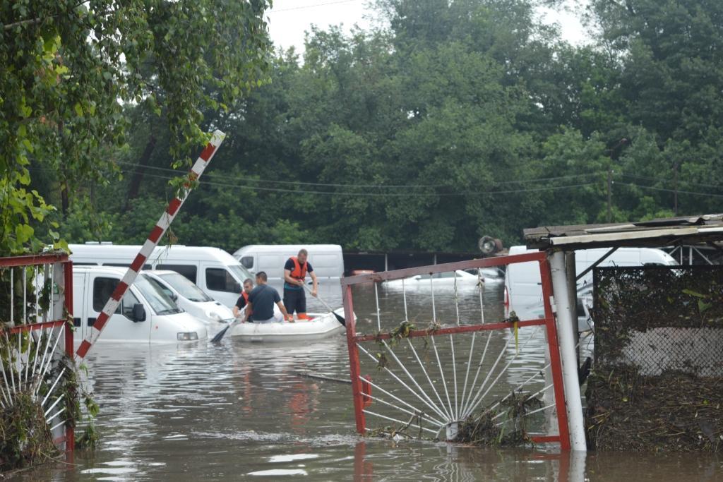 У Чернігові міські служби працюють у посиленому режимі в боротьбі зі стихійним лихом / фото cn.dsns.gov.ua