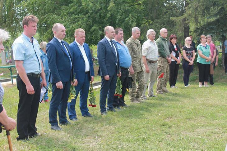 В останню путь загиблого воїна проводжали рідні, друзі, односельці, ветерани АТО та священнослужителі / portal-pravoslavie.sumy.ua