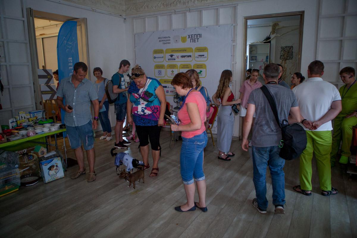 На заході зібралися волонтери притулків, ветеринари і просто любителі тварин / фото Інформатор