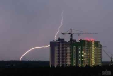 Завтра Украину накроют дожди с грозами, на юге жара до +32° (видеопрогноз)