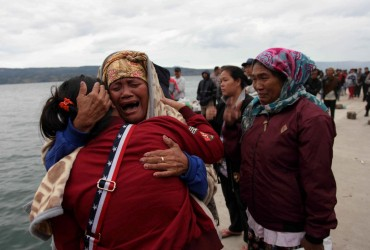 В Индонезии после крушения парома 180 человек пропали без вести (фото)
