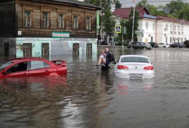 Затопленные улицы и рухнувшие биотуалеты: после ливня Нижний Новгород ушел под воду (фоторепортаж)