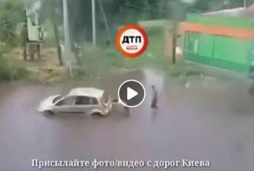 """Под Киевом затопило село: машины """"утонули"""" в лужах (видео)"""