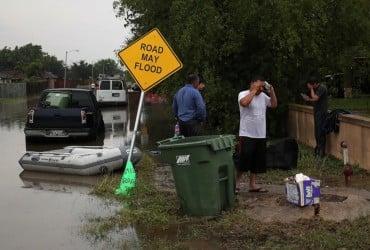 Затоплены дороги, машины и дома: в США продолжаются разрушительные наводнения (фото)