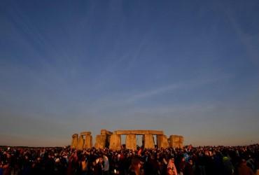 Летнее солнцестояние в Британии: тысячи людей собрались возле Стоунхенджа (фоторепортаж)