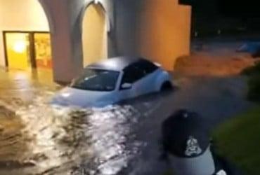 Повінь в Пенсільванії: потоки води понесли автомобілі, є загиблий (відео)