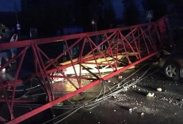 Знесені дахи і повалені дерева: у російському Барнаулі пройшов ураган (фото)