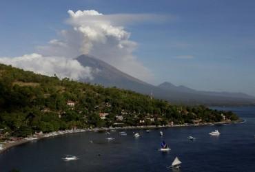 В Индонезии вулкан Мерапи выбросил столб пепла на высоту 3 км