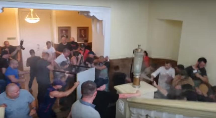 Внаслідок сутичок у Харківській міськраді постраждало двоє осіб (відео)
