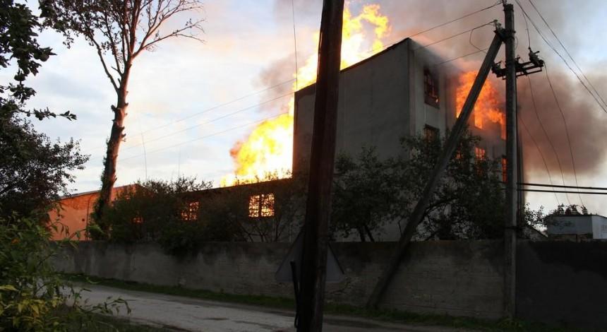 Пожар на спиртзаводе в Збараже: спасатели эвакуировали 350 местных жителей (фото)