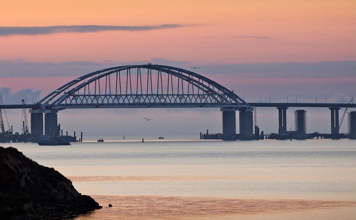 По мосту окупанти планують запустити пасажирські та вантажні поїзди / фото facebook.com/aksenov.rk
