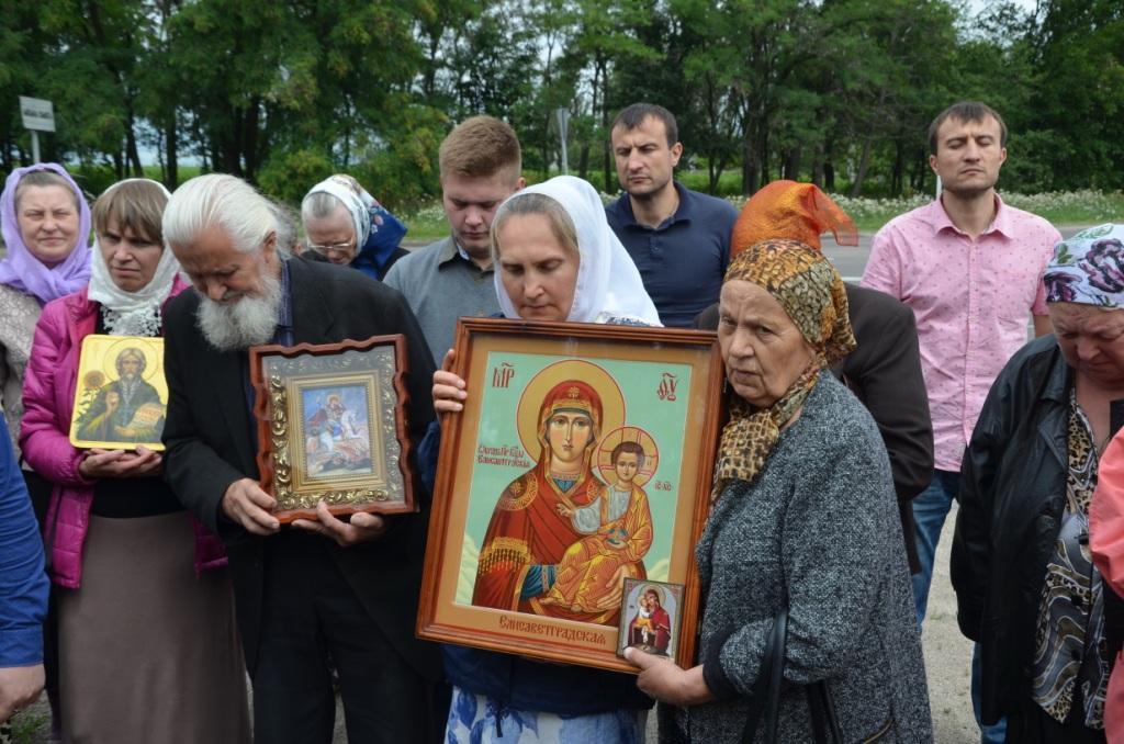 Віряни пронесли хресною ходою ікони і святині з частками мощів святих / orthodox-kr.org.ua/ru/news