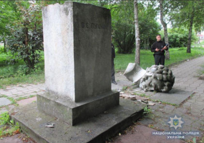 На думку поліції, погруддя Пушкіна у Злочеві звалилось саме по собі / ГУ НП у Львівській області
