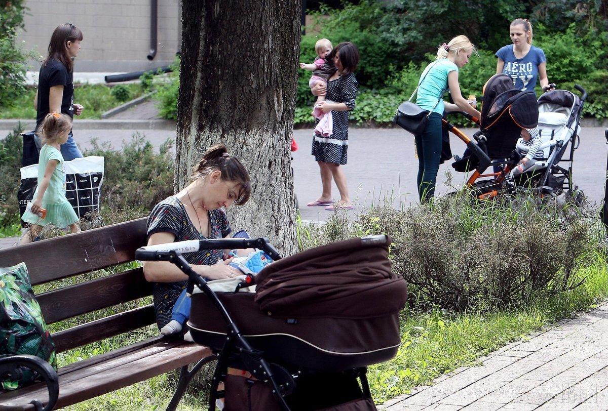 """В Україні будуть встановлювати """"парковки"""" для дитячих колясок / фото УНІАН"""