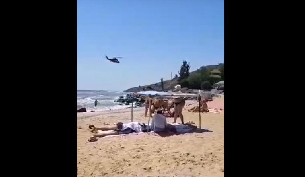 Вертолет пролетел на гранично низкой высоте / Кадр из видео на YouTube