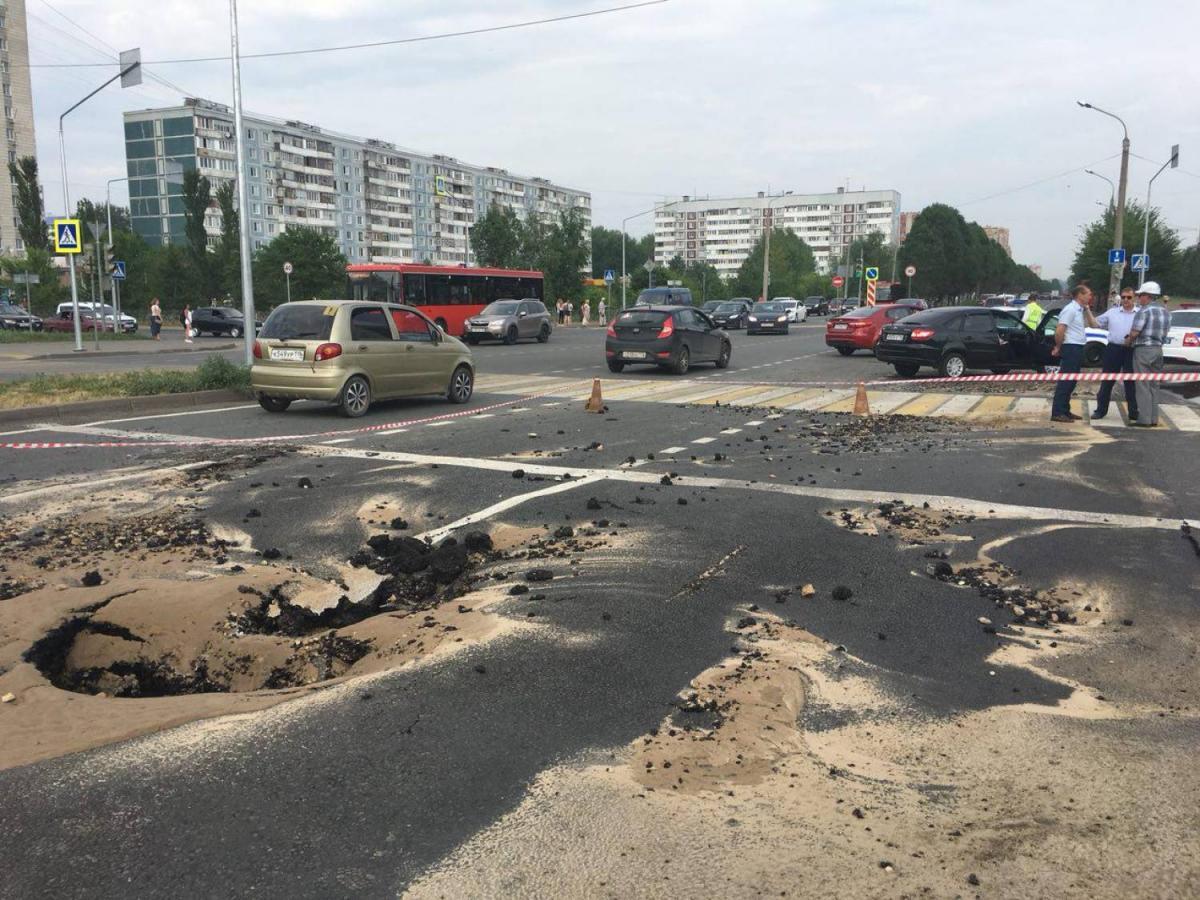 В результате ЧП пострадало дорожное покрытие / kazanreporter.ru