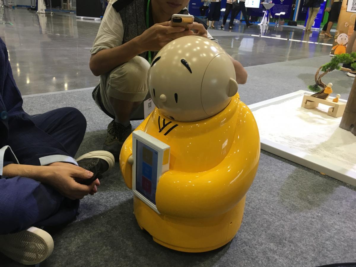 Главная задача робота - приветствовать молодых посетителей в храме / techcrunch.com