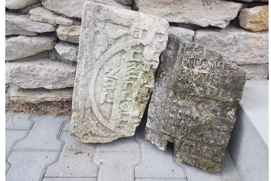 В Польше обнаружили здание, построенное из еврейских надгробий / jpost.com