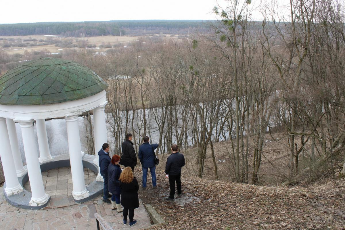 Этой весной общественные активисты и историки сообщили о возможном разрушении беседки и сползании ее со склона в реку / фото cntime.cn.ua