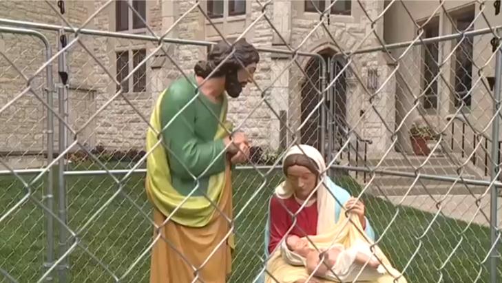 Статуи за решеткой выставлены на лужайкой перед собором Христа в Индианаполисе / wthitv.com