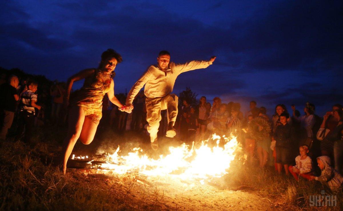Прыжки через костер – древний ритуал очищения/ фото УНИАН
