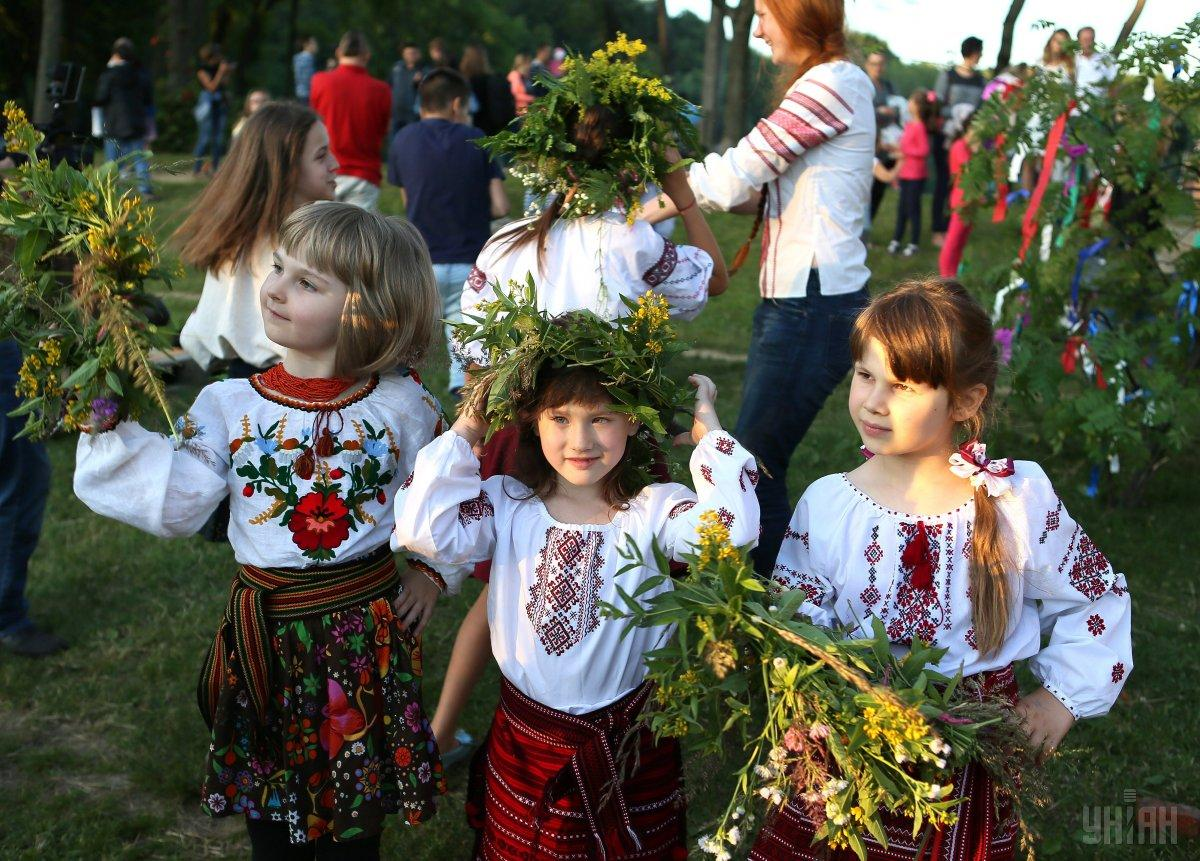 Традиции с венками современным языком можно назвать фокусировкой цели / фото УНИАН