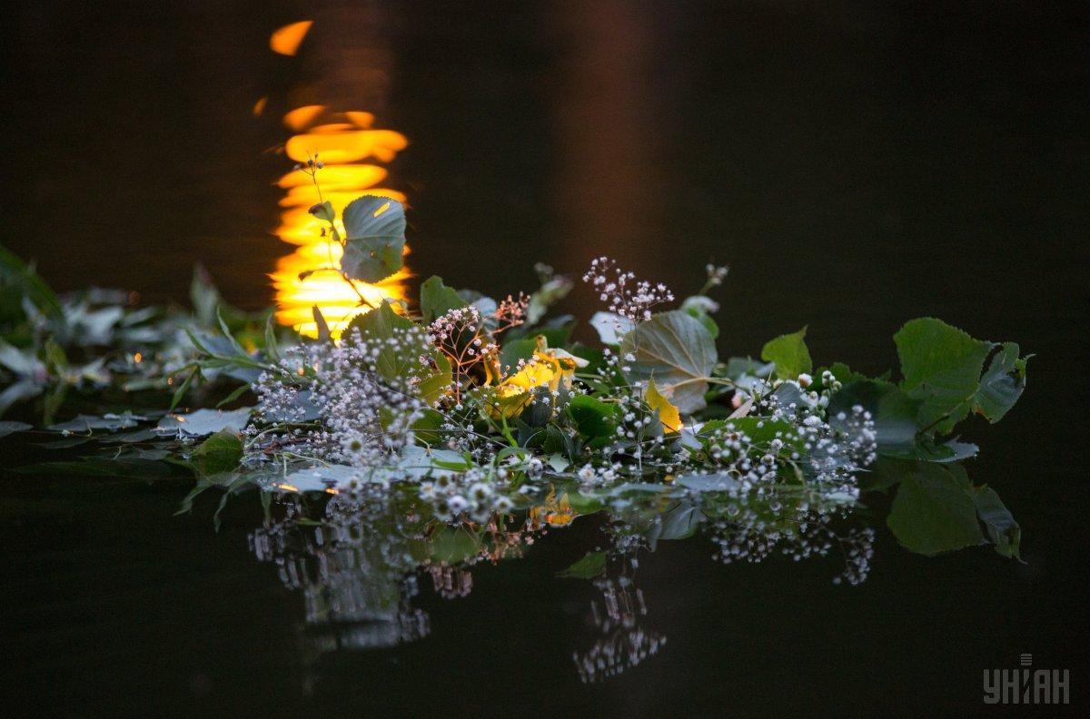 На Купала принято спускать на воду венки / Фото УНИАН