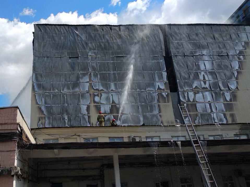 На территории комбината в Соломенском районе Киева произошел пожар / фото dsns.gov.ua