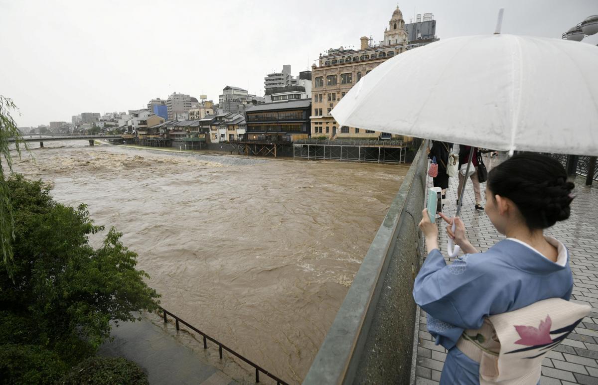 Переполненная река Камо в центре города Киото / REUTERS