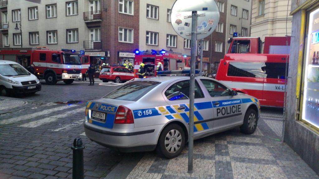 Пожарные эвакуировали полтысячи человек / фото twitter.com/PolicieCZ