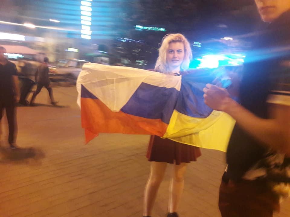 На Майдане в Киеве компания фотографировалась с флагом РФ / facebook.com/pawel.bobolowicz