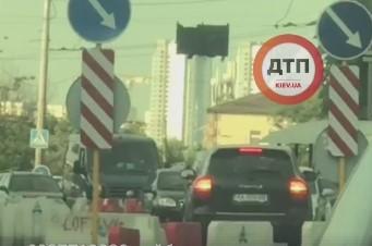 Владельцу Porsche приходится уступить и развернуться / скріншот відео dtp.kiev.ua