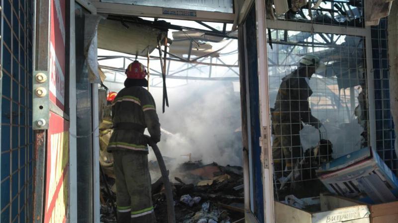 В результате пожара на рынке в Славянске пострадали двое человек / фото dsns.gov.ua