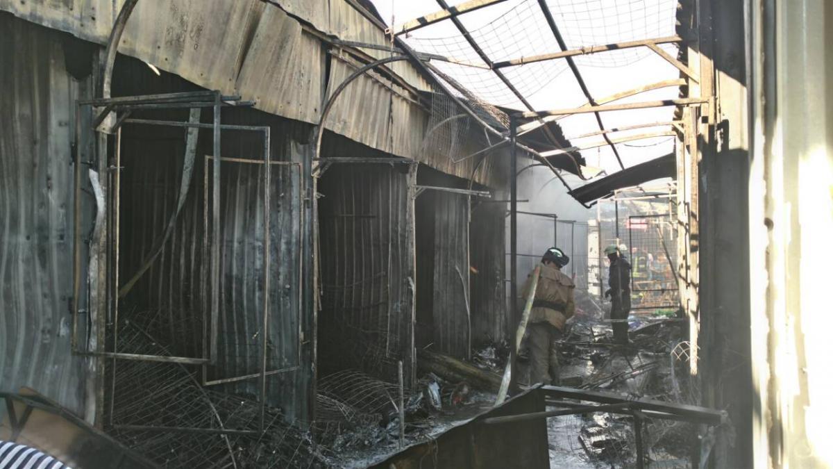 На Центральном рынке в Славянске произошел пожар / фото dsns.gov.ua