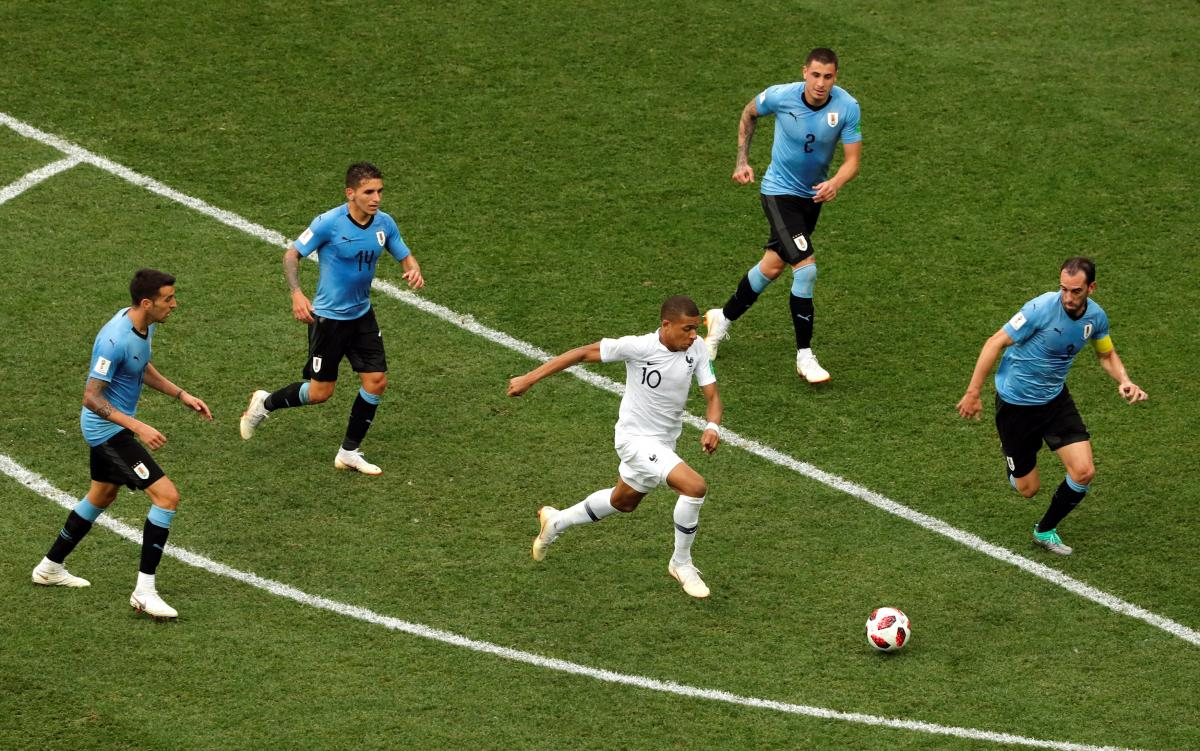 Французы сумели преодолеть мощные оборонительные редуты уругвайцев / Reuters