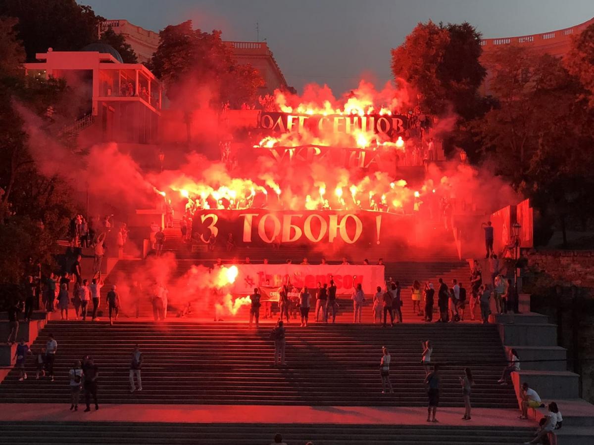 В Одесі на Потьомкінських сходах пройшов видовищний флешмоб з фаєрами на підтримку Сенцова / фото facebook.com/politicalpartynationalcorpsodesa