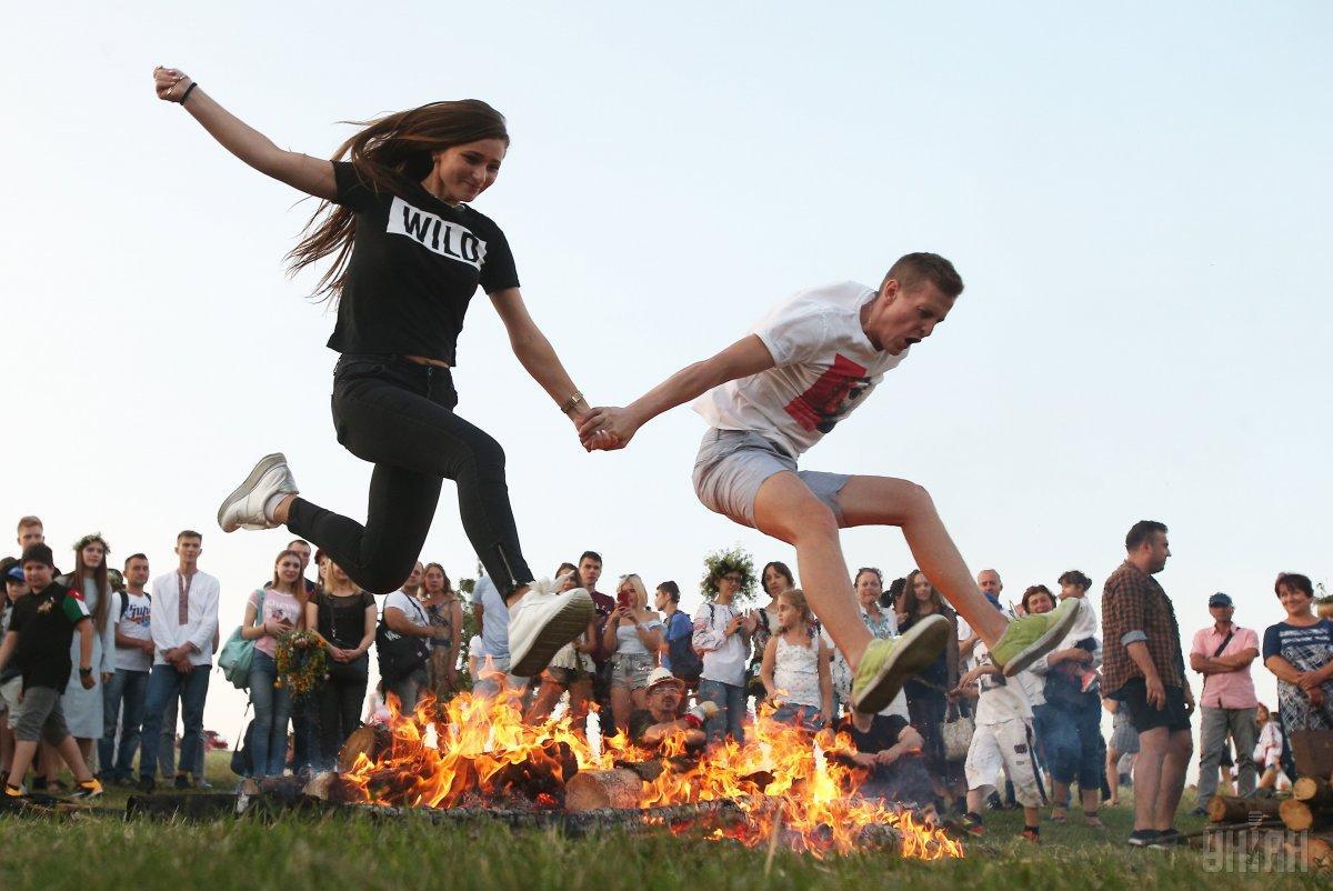 Один из главных атрибутов празднования Ивана Купала – это прыжки через костер / фото УНИАН