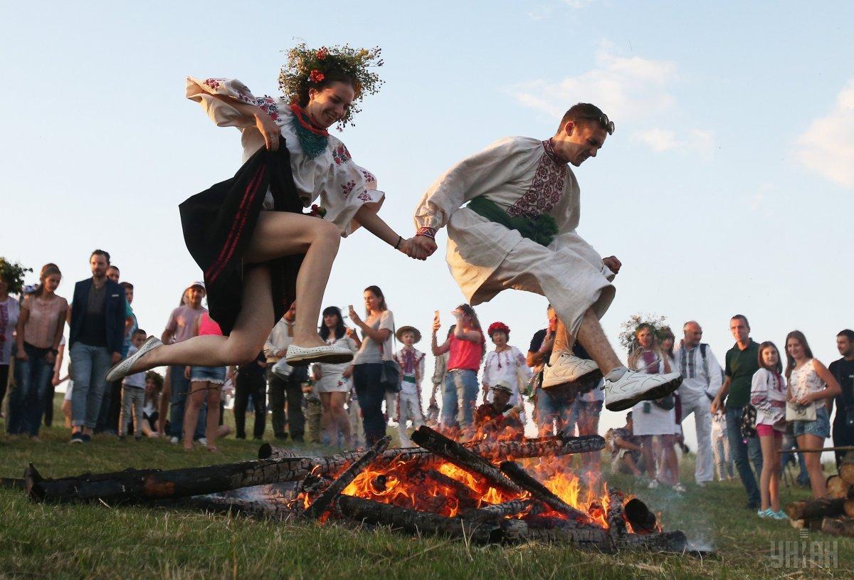 На Івана Купала є традиція стрибати через багаття / фото УНІАН